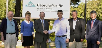 Arkadelphia Regional Economic Development Alliance Chairman Eric Hughes congratulates Georgia-Pacific Plant Manager Ryan Daniels on the plans to invest at the Gurdon, Ark., lumber mill.